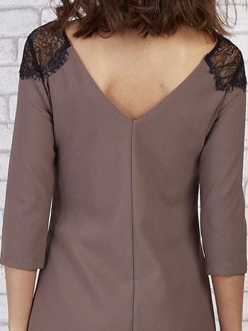 Brązowa sukienka z trójkątnym dekoltem na plecach                                  zdj.                                  6