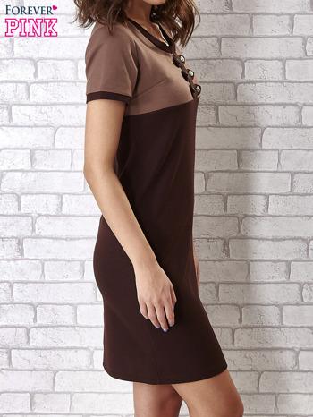Brązowa sukienka ze złotymi guzikami                                  zdj.                                  3