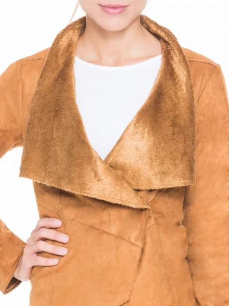 Brązowa zamszowa kurtka z futrzanymi klapami                                  zdj.                                  4