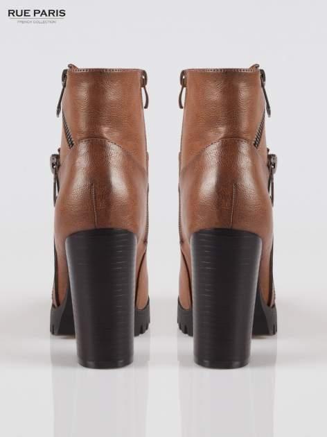 Brązowe botki na słupku z zamkami w stylu biker boots                                  zdj.                                  3