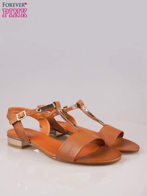 Brązowe sandały t-bary ze złotym paskiem i obcasem                                  zdj.                                  2