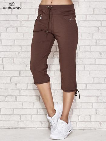 Brązowe spodnie dresowe capri z kieszonką                                  zdj.                                  1