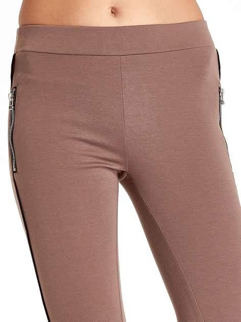 Brązowe spodnie materiałowe tregginsy ze skórzanym lampasem i zamkami                                  zdj.                                  5