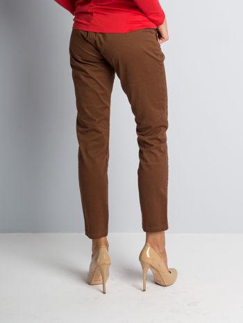 Brązowe spodnie materiałowe z przeszyciami na kolanach                                  zdj.                                  2