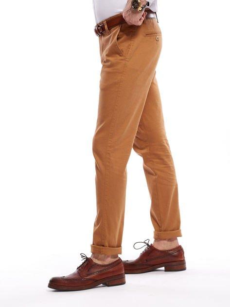 Brązowe spodnie męskie chinosy o prostym kroju                                  zdj.                                  11
