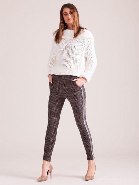 Brązowe spodnie w kratę z błyszczącym lampasem                              zdj.                              4
