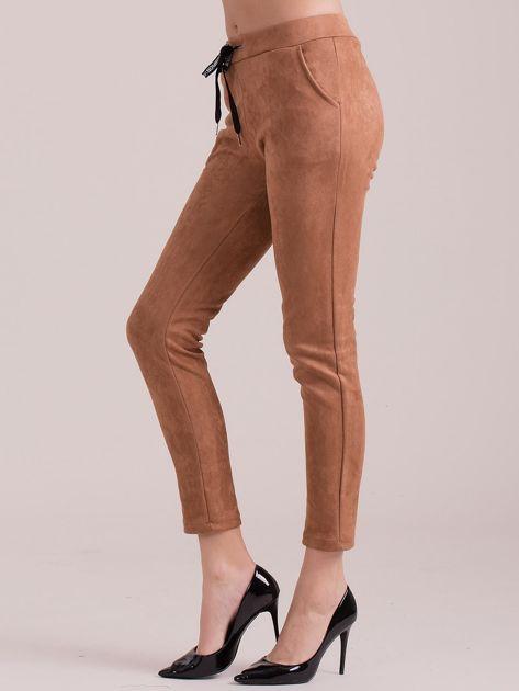 Brązowe spodnie z imitacji zamszu                              zdj.                              3