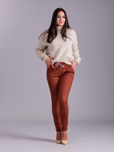 Brązowe spodnie z troczkami i lampasami                              zdj.                              4