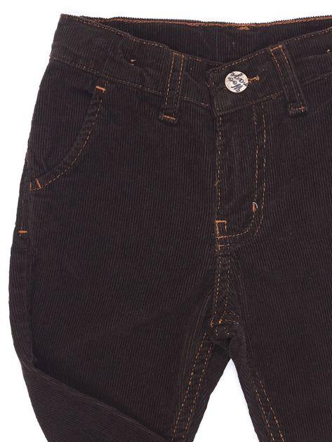 Brązowe sztruksowe spodnie dla chłopca                              zdj.                              3