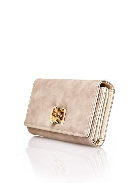 Brązowy fakturowany portfel ze stylizowanym zapięciem                                   zdj.                                  3