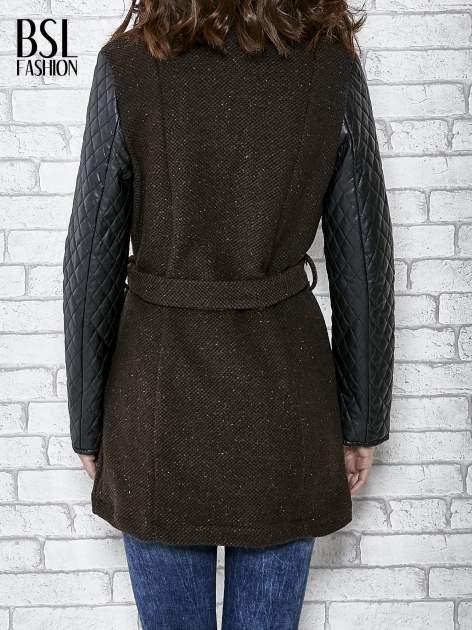 Brązowy płaszcz ze skórzanymi pikowanymi rękawami                                  zdj.                                  6