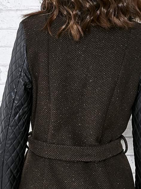 Brązowy płaszcz ze skórzanymi pikowanymi rękawami                                  zdj.                                  7