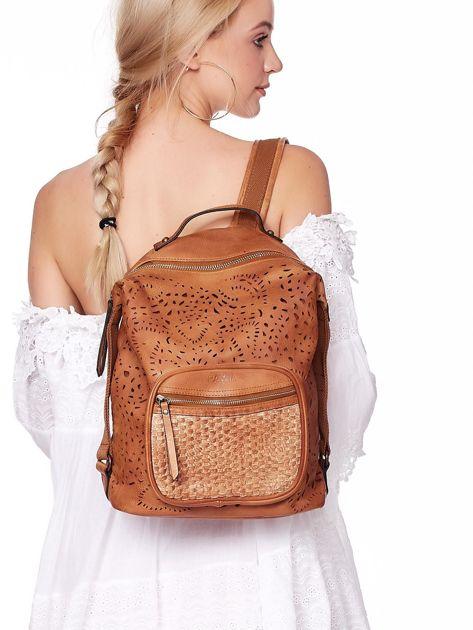 Brązowy plecak damski z eko skóry z ażurowaniem i plecionką                              zdj.                              1