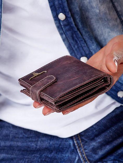 Brązowy portfel męski na zatrzask z emblematem                              zdj.                              8