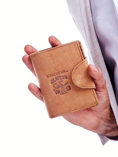 Brązowy portfel męski z tłoczeniem i klapką                              zdj.                              1