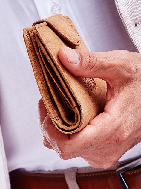 Brązowy portfel męski z tłoczeniem i klapką                              zdj.                              4