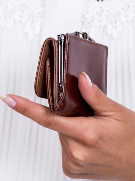 Brązowy portfel w tłoczone motyle                               zdj.                              2