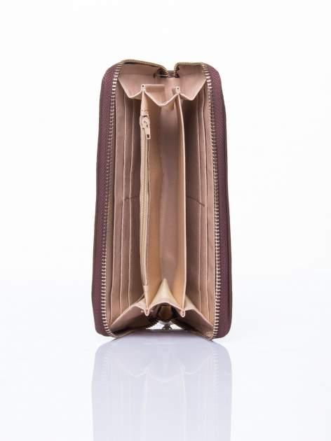 Brązowy portfel ze złotym logo i uchwytem                                  zdj.                                  3