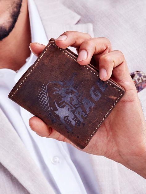Brązowy skórzany portfel dla mężczyzny z nadrukiem                              zdj.                              1
