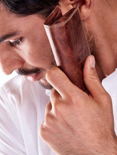Brązowy skórzany portfel dla mężczyzny z tłoczonym napisem                              zdj.                              6