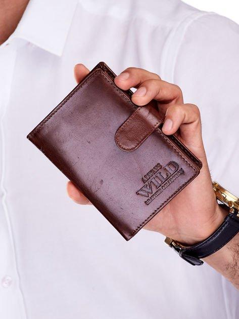 Brązowy skórzany portfel męski z zapięciem i tłoczeniem