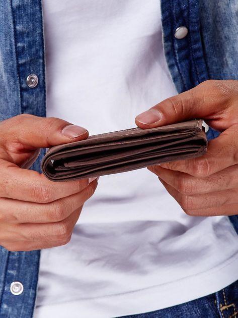 Brązowy skórzany portfel z poziomym przeszyciem                              zdj.                              4