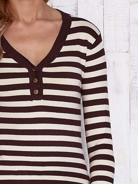 Brązowy sweter w paski z guzikami przy dekolcie i na rękawach                                  zdj.                                  5