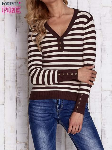 Brązowy sweter w paski z guzikami przy dekolcie i na rękawach                                  zdj.                                  1