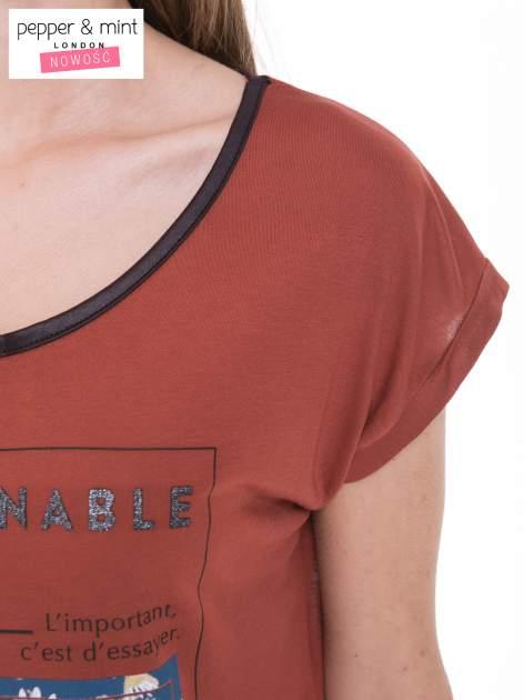 Brązowy t-shirt z kwiatowym nadrukiem i napisem UNIMAGINABLE SENSE                                  zdj.                                  8