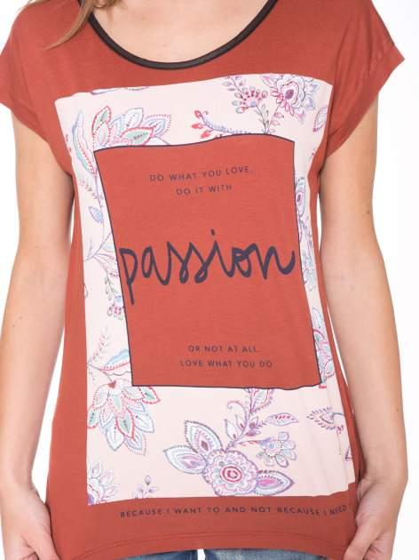 Brązowy t-shirt z nadrukiem PASSION                                  zdj.                                  6