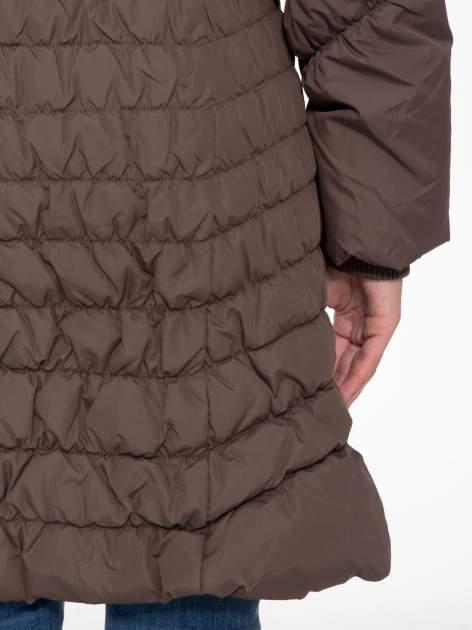Brązowy taliowany puchowy płaszcz z futrzanym kapturo-kołnierzem                                  zdj.                                  11