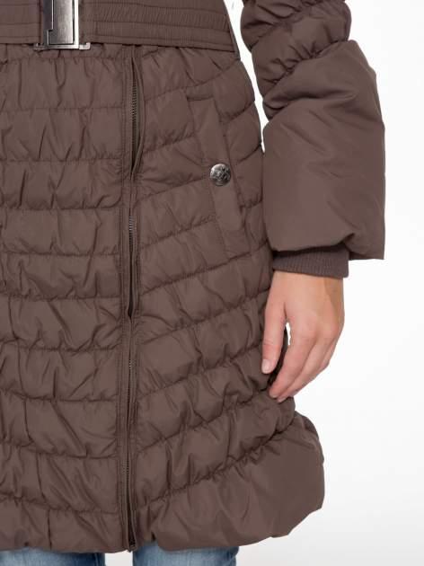 Brązowy taliowany puchowy płaszcz z futrzanym kapturo-kołnierzem                                  zdj.                                  7