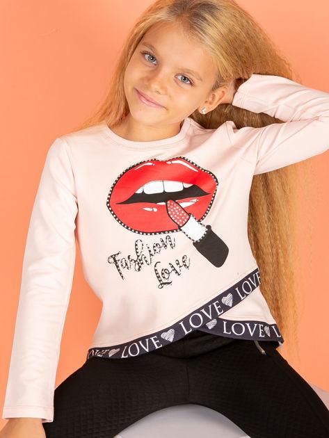 Brzoskwiniowa asymetryczna bluzka dziewczęca nadrukiem ust                              zdj.                              2
