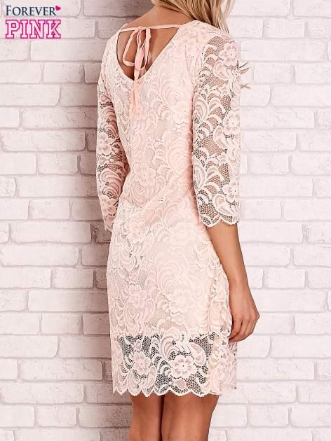 Brzoskwiniowa koronkowa sukienka z wiązaniem na plecach                                  zdj.                                  4