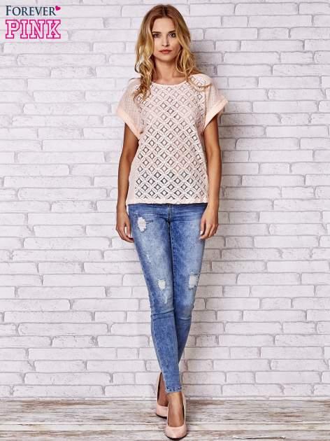 Brzoskwiniowy ażurowany t-shirt                                  zdj.                                  2