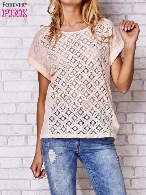 Brzoskwiniowy ażurowany t-shirt                                  zdj.                                  1