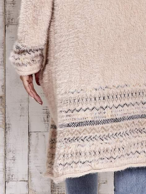 Brzoskwiniowy długi włochaty sweter z kolorową nitką                                  zdj.                                  7