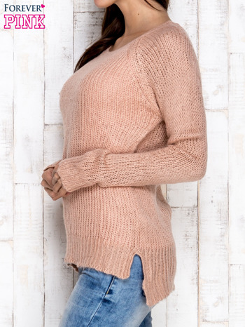 Brzoskwiniowy dzianinowy sweter o szerokim splocie                                  zdj.                                  3