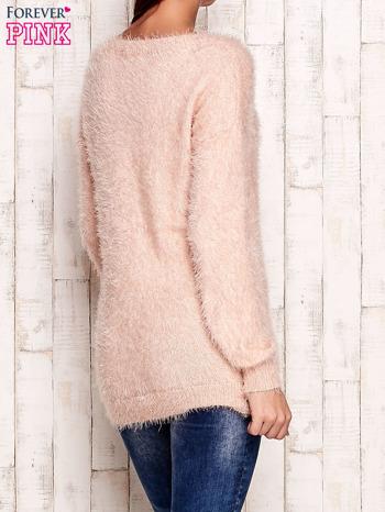 Brzoskwiniowy sweter z długim włosem                                  zdj.                                  4