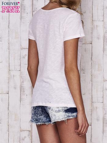 Brzoskwiniowy t-shirt z egzotycznymi przypinkami                                  zdj.                                  2