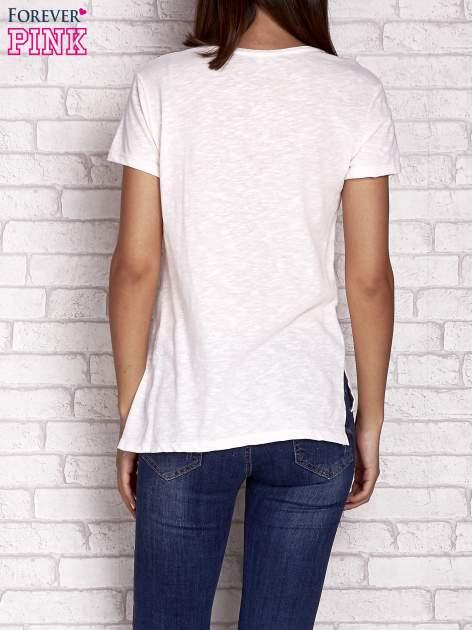 Brzoskwiniowy t-shirt z kolorowymi naszywkami i napisem                                  zdj.                                  4