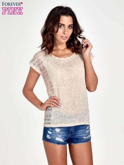 Brzoskwiniowy t-shirt z koronkowym tyłem i dżetami                                  zdj.                                  1