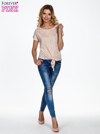 Brzoskwiniowy t-shirt z węzłem zdobiony kryształkami                                  zdj.                                  2