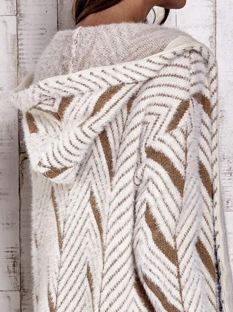 Camelowy włochaty sweter z kapturem                                  zdj.                                  10