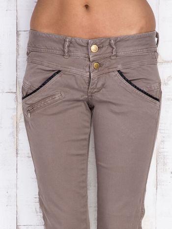 Ciemnobeżowe spodnie z kieszonkami na suwak                                  zdj.                                  4