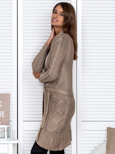Ciemnobeżowy ażurowy długi sweter typu kardigan z paskiem                                  zdj.                                  3