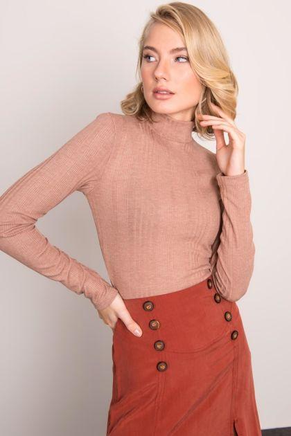 Ciemnobeżowy sweter z golfem BSL