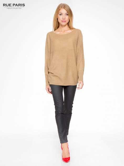 Ciemnobeżowy sweter z nietoperzowymi rękawami                                  zdj.                                  2