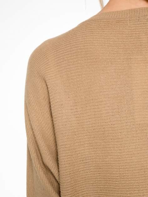 Ciemnobeżowy sweter z nietoperzowymi rękawami                                  zdj.                                  8