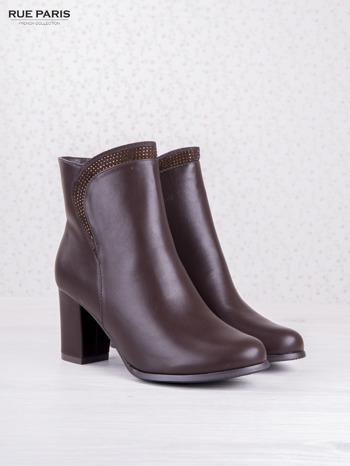 Ciemnobordowe botki eco leather na słupku z błyszczącymi dżetami i asymetryczną cholewką